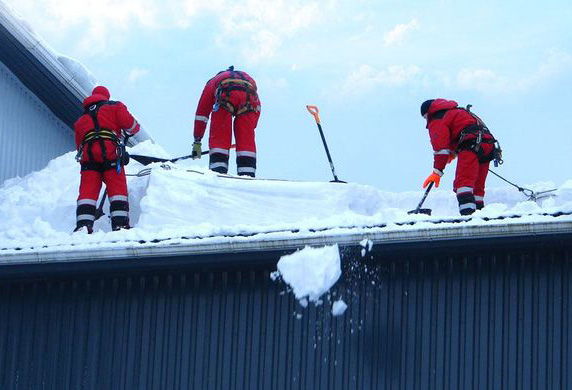 Очистка крыш от снега в подольске