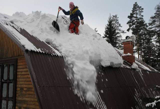 Убрать снег с крыши своего дома