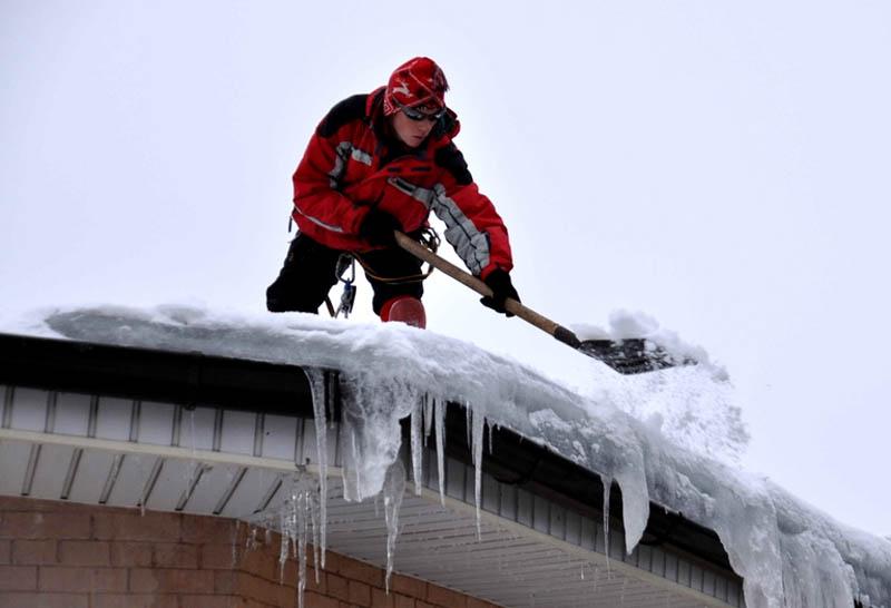 Очистка крыши от снега москва